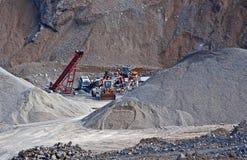 Schwere Ausrüstung in der Steinbruch-Grube Stockbild