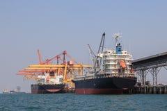 Schwere Containerschiffladenwaren im Handelsmeer importieren Ausstellung stockbild
