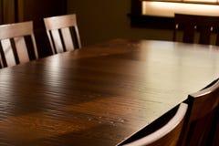 Schwere Eichen-Tabelle und Stühle Stockbild