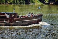 Schwere geladene rostige Spitze des Schiffs in dem Fluss stockbilder
