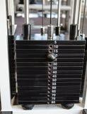 Schwere Gewichte auf der Gewichtsmaschine Stockbilder