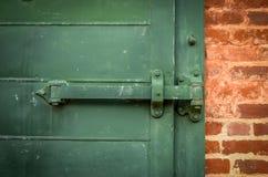 Schwere grüne Tür Stockbild