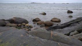 Schwere graue Steine und Kältewellen der Nordsee transportwagen stock video