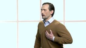 Schwere Herzschmerz des reifen Manngefühls stock video footage