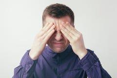 Schwere Kopfschmerzen oder Druck von der harten Arbeit stockfoto