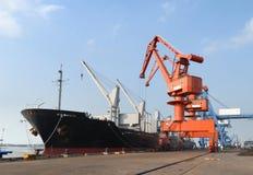 Schwere Kräne im Hafen Stockfotos