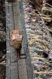 Schwere Lasten auf Rückseiten- und Fliegengebetsflaggen des Trägers Stockfotografie