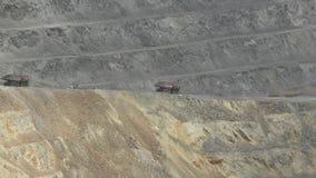 Schwere LKWs benutzt im Bergbau stock video footage