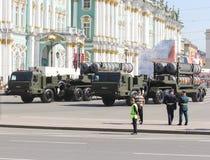 Schwere Militär-LKWs mit Raketenwerfern auf dem Palast quadrieren Stockfotografie