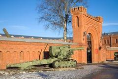 Schwere 203 Millimeter-Haubitze B-4 des Modells 1931 am Eingang zum Artillerie-Museum St Petersburg Lizenzfreies Stockfoto