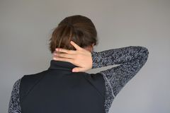 Schwere Nackenschmerzen in den Frauen lizenzfreie stockfotografie
