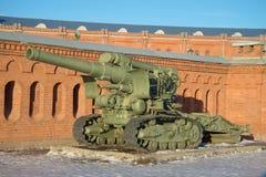 Schwere 203 Probe Millimeter-Haubitze B-4 von 1931 gegen die Wand des Artillerie-Museums St Petersburg Stockfotos