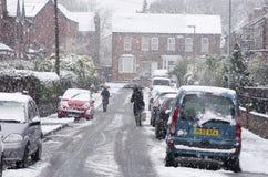 Schwere Schneefälle auf einer Stadtstraße in der Winterjahreszeit Stockbild