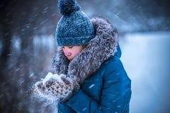 Schwere Schneefälle auf einer Stadtstraße in der Winterzeit des Jahres Lizenzfreies Stockfoto