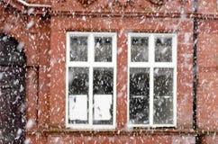 Schwere Schneefälle auf einer Stadtstraße im Winter in Manchester Leve Lizenzfreies Stockbild