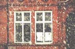 Schwere Schneefälle auf einer Stadtstraße im Winter in Manchester Leve Lizenzfreie Stockbilder