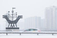 Schwere Schneefälle in den Straßen von Moskau Stockfotos