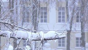 Schwere Schneefälle in der Stadt stock video footage