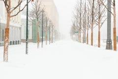 Schwere Schneefälle in der Stadt Straßen, Häuser und Maschine Snowy Lizenzfreies Stockbild