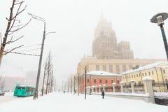 Schwere Schneefälle in der Stadt Straßen, Häuser und Maschine Snowy Stockfoto