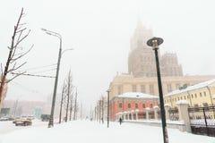 Schwere Schneefälle in der Stadt Straßen, Häuser und Maschine Snowy Stockfotos