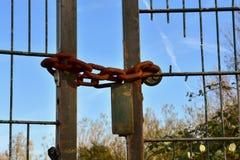 Schwere verrostete Eisenkette auf einem Eisentor Stockfotografie