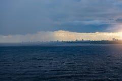 Schwere Vordrohungswolken über dem Fluss Stockfotos