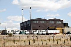 Schwere Waren-LKWas an einem Abfertigungs-Depot Lizenzfreie Stockfotos
