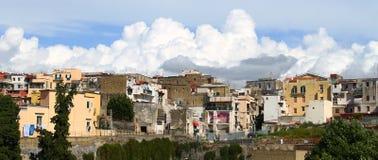 Schwere weiße Wolken, die über alte Stadtgebäude steigen Lizenzfreies Stockfoto