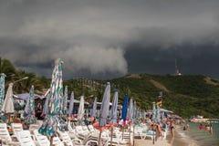 Schwere Wolken über Strand vor dem Sturm Thailand-KOH LARN Stockbilder