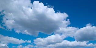 Schwere Wolken auf Himmel Stockbild