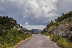Schwere Wolken in den mounteins Lizenzfreie Stockfotografie