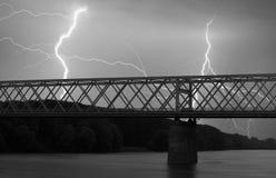Schwere Wolken, die Donner, Blitze und Sturm über Brücke holen Lizenzfreies Stockfoto