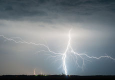 Schwere Wolken, die Donner, Blitze und Sturm holen Lizenzfreies Stockfoto
