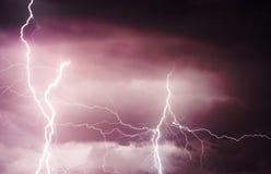 Schwere Wolken, die Donner, Blitze und Sturm holen Stockfotografie