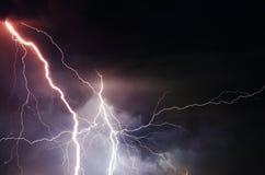 Schwere Wolken, die Donner, Blitze und Sturm holen Stockbild