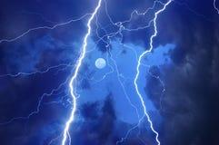 Schwere Wolken, die Donner und Blitze holen Lizenzfreie Stockfotografie