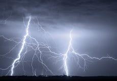 Schwere Wolken, die Donnerblitze und -sturm holen Lizenzfreie Stockfotos