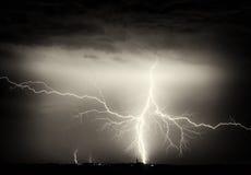 Schwere Wolken, Donner, Blitze und Regen während des Sturms über Stadt Stockbilder