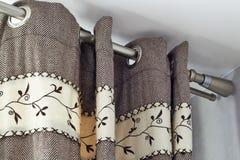 Schwere woolen Vorhänge mit Ringspitzenschiene lizenzfreie stockbilder