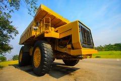 Schwerer Bergbau-LKW in meinen und Fahren entlang das Foto im Tagebau des großen Bergwerk-LKWs, das Karriereschwerlastssuperauto Lizenzfreie Stockfotos