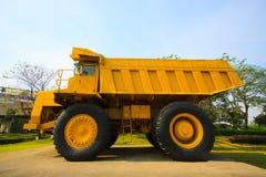 Schwerer Bergbau-LKW in meinen und Fahren entlang das Foto im Tagebau des großen Bergwerk-LKWs, das Karriereschwerlastssuperauto Lizenzfreies Stockfoto