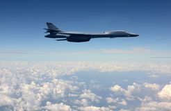 Schwerer Bomber im Flug Lizenzfreie Stockfotos