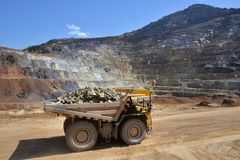 Schwerer geladener LKW vor Tagebausteinbruch stockfoto
