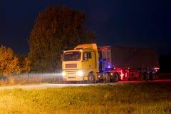 Schwerer LKW in der Nacht Stockfotografie