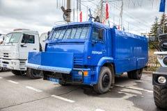 Schwerer LKW der russischen Polizei parkte auf der Stadtstraße im Frühjahr d Lizenzfreies Stockfoto