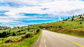 Schwerer LKW-Verkehr auf Landstraße 5A, im Britisch-Columbia, Kanada stockbild