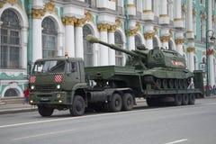 Schwerer Militär-LKW KAMAZ-65225 mit selbstfahrender Artillerie Msta-s auf dem Anhänger Vorbereitungen für die Parade zu Ehren Vi stockfoto