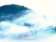 Schwerer Nebel in der Landschaft Sahniger Nebel des ausgezeichneten Herbstes Lizenzfreie Stockfotografie