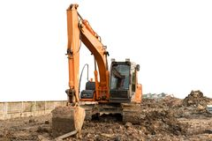 Schwerer orange Maschinenraupenlader oder Laderbagger, Boden vom Boden entfernend, lokalisiert auf weißem Hintergrund Stockfoto